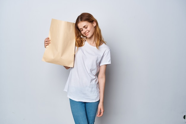 食料品の買い物イメージスターと白いtシャツパッケージの女性