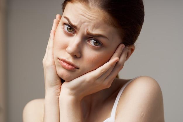 흰색 tshirt 치통 건강 문제 장애 스튜디오 치료에 여자