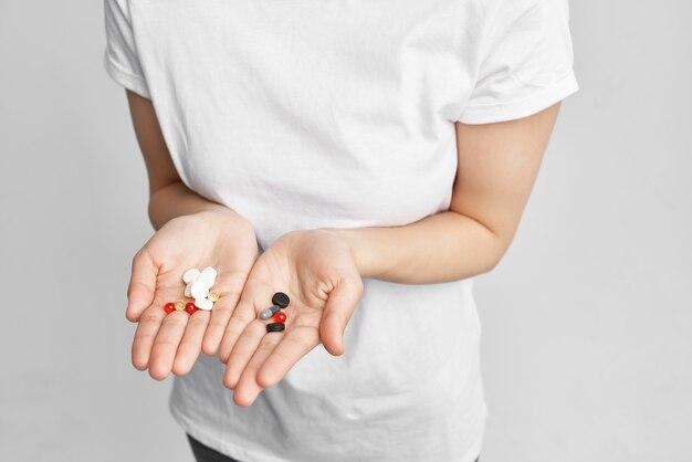 손 약 치료에 흰색 tshirt 여자