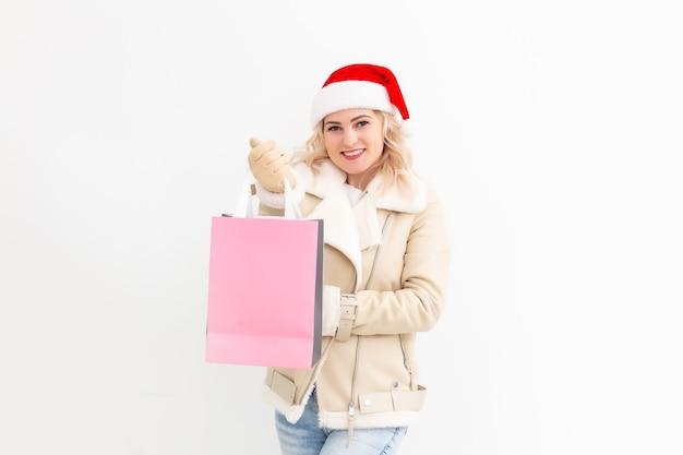 겨울 옷을 입고 크리스마스 쇼핑을 하는 여자