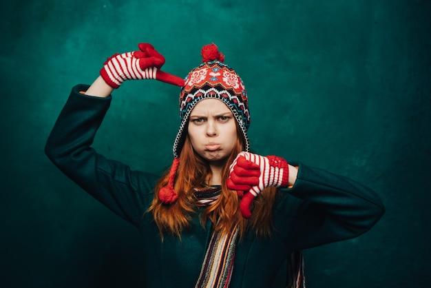 冬の面白い帽子、明るい背景の女性