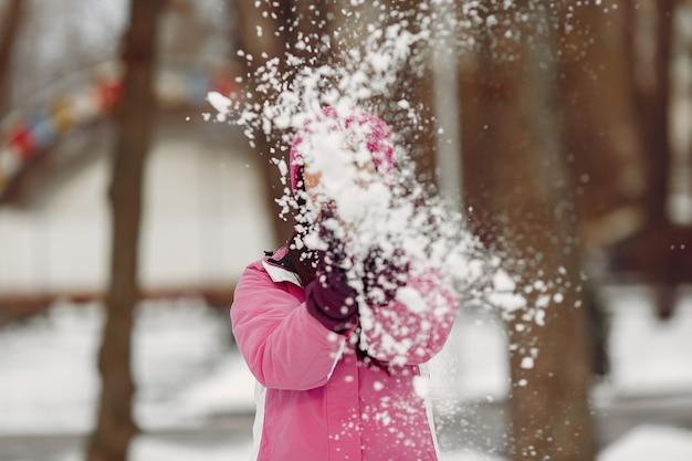 Женщина в зимней спортивной одежде смотрит в камеру