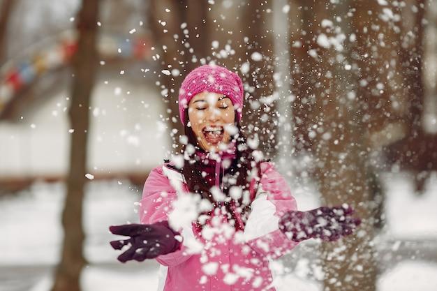 카메라를보고 겨울 스포츠 옷 여자