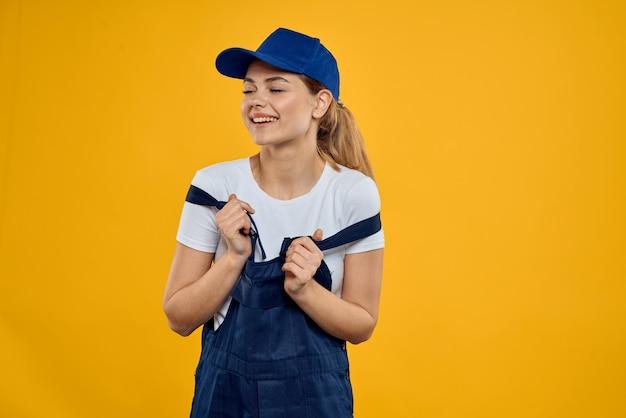 黄色の宅配便を提供する制服の青い帽子をかぶった女性