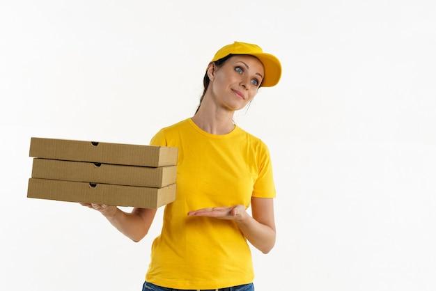 노란색 그늘과 노란색 모자를 쓴 여자는 흰색 배경에 상자 피자 배달 소녀를 들고 있습니다.