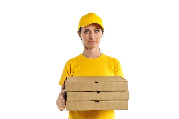 노란 그늘과 노란 모자에있는 여자는 흰 벽에 상자, 피자 배달 소녀를 보유하고 있습니다.