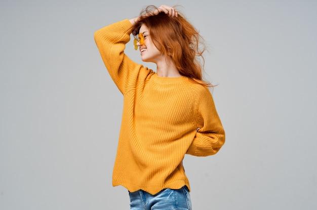 노란색 스웨터 패션 매력적인 감정 포즈 스튜디오에서 여자.