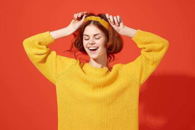 노란색 스웨터 스튜디오 거리 스타일의 복고풍 장식을 입은 여자