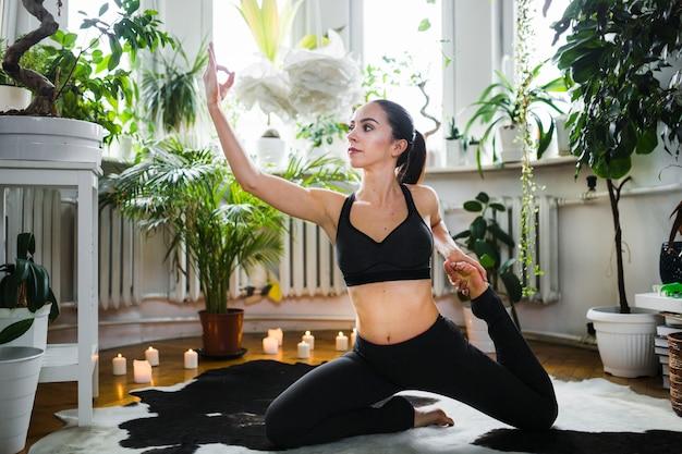Женщина в йоге