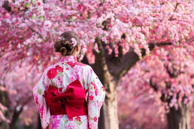 庭に咲く桜や桜を見る浴衣姿の女性