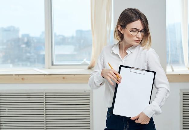 Женщина в помещении возле окна макет модели интерьера. фото высокого качества
