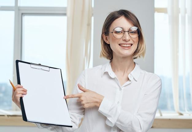 Женщина в помещении возле окна макет модели интерьера