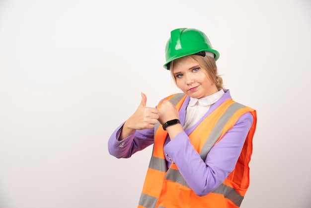 Dipendente industriale donna in piedi su bianco.