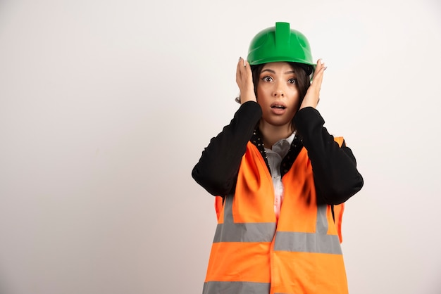 Промышленный рабочий женщина позирует на белом
