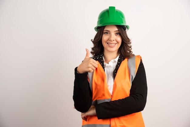 親指を立てる女性産業労働者