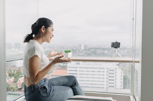 여성 인플루언서가 스마트폰으로 자신의 모습을 녹화하고 있다