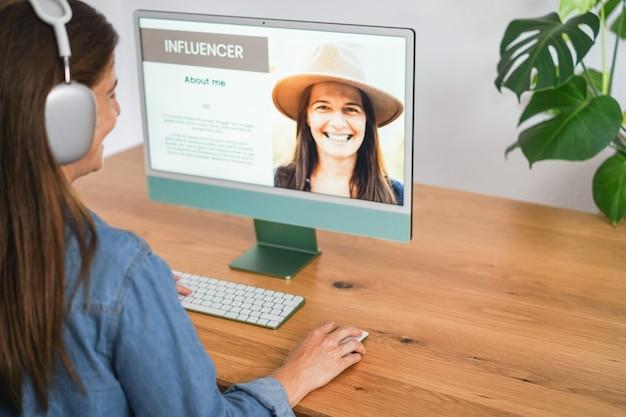 オンラインでeコマースを使って自宅で働く女性インフルエンサー-テクノロジーと新しいデジタルビジネスコンセプト-右手に焦点を当てる