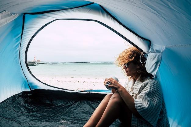 ビーチでテントの中の女性