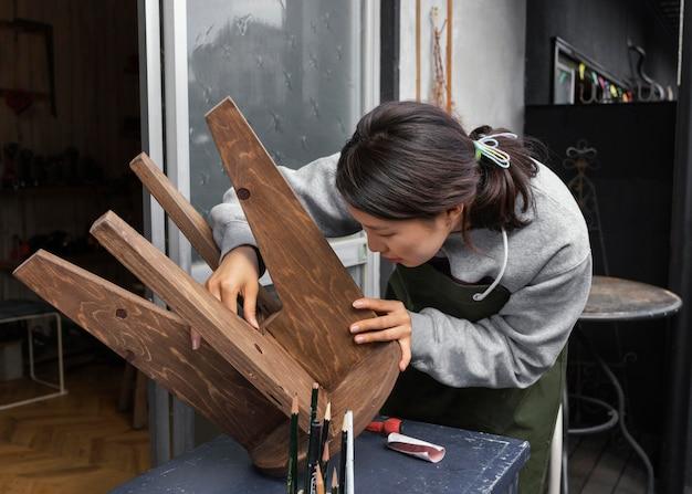 Donna che ispeziona il colpo medio della sedia