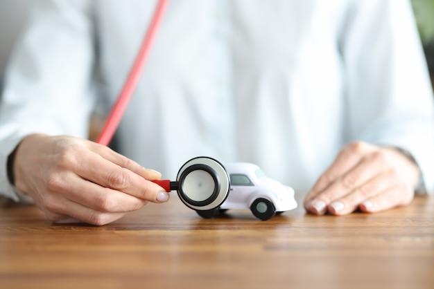 청진 기 장난감 자동차 근접 촬영을 듣고 여자 보험 에이전트