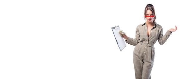 Женщина-интервьюер стоит в студии на белом с планшетом в руке Premium Фотографии
