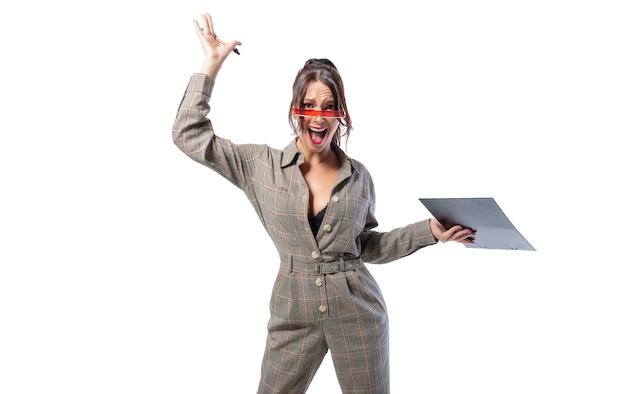 여자 면접관은 그녀의 손에 태블릿과 흰색 스튜디오에 서