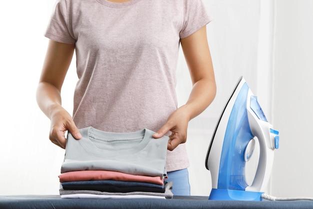 여자 다림질 옷, 집 세탁실에서 다림질 판에 옷 접기, 가사, 아내