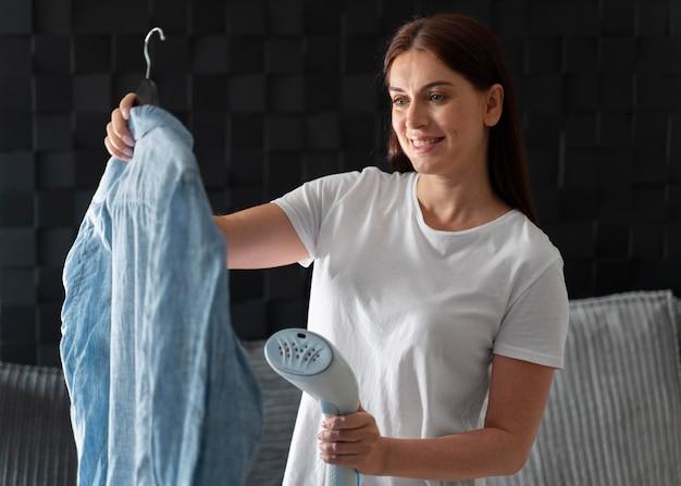 Donna che stira la camicia del marito