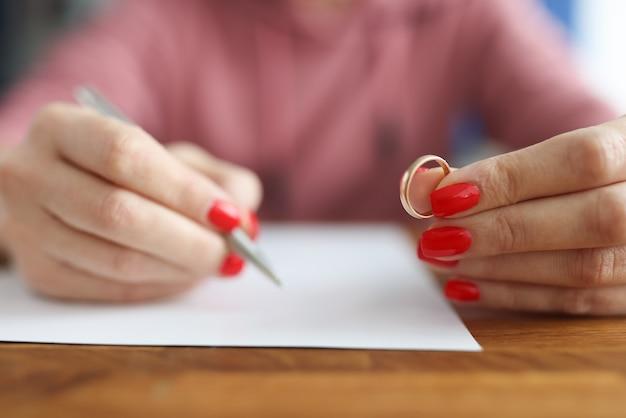 여자는 이혼을 신청하고 결혼 반지를 들고