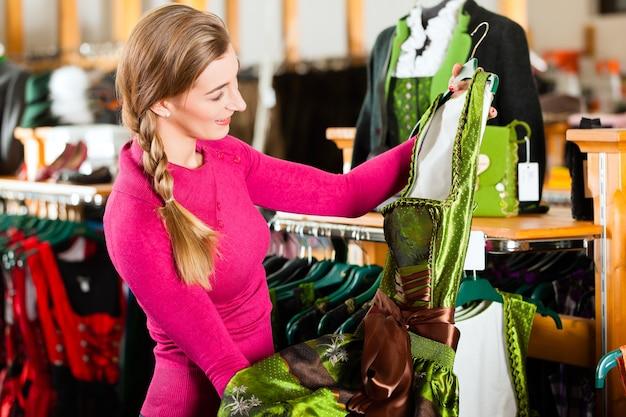 女性は店でtrachtまたはギャザースカートを購入しています