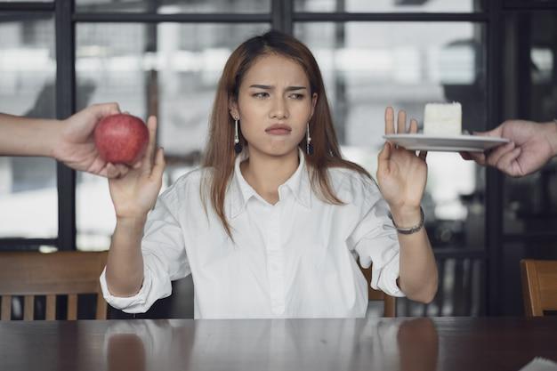 女性は健康と不健全な食べ物と混同されます。