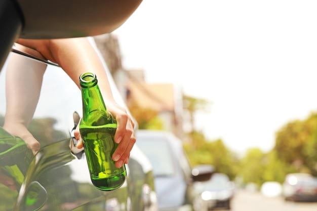 여자가 운전하고 술을 마시고 있다