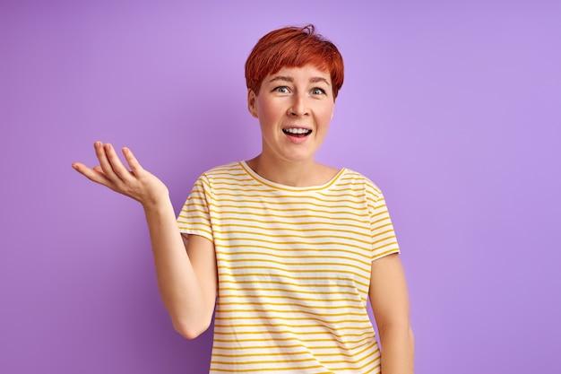 女性は何かに感情的に反応し、手で身振りで示し、誤解している