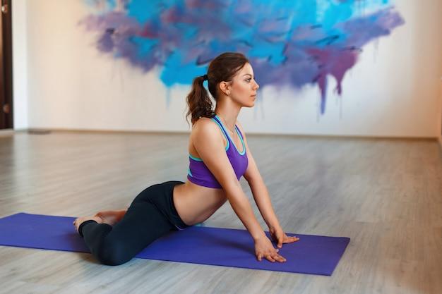 女性は体のトレーニングに従事しています