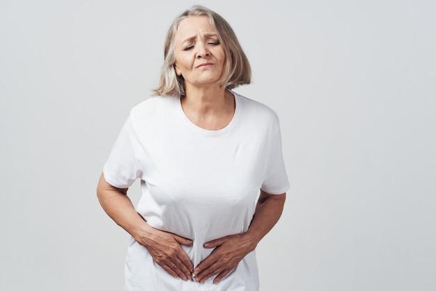 女性は彼女の腹の下痢の健康上の問題を抱えています