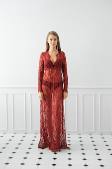 La donna sta proponendo in un vestito