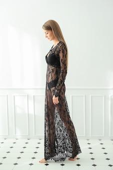 女性はドレスを着てポーズをとっています