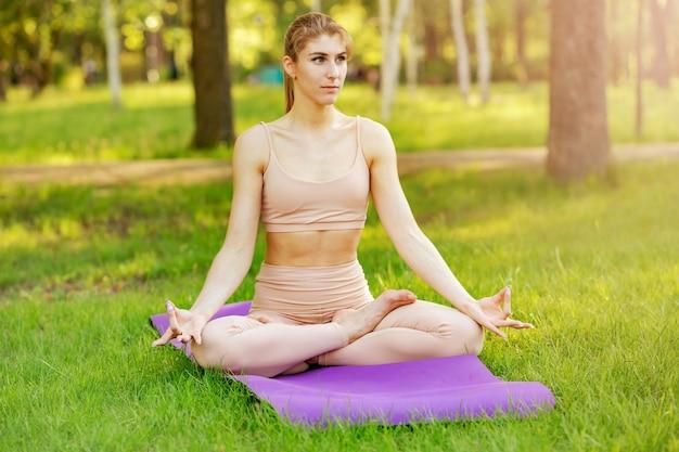 女性はヨガと瞑想を実践しています。落ち着き、リラックス、幸せ