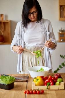 여자는 부엌에서 야채 샐러드를 준비 하
