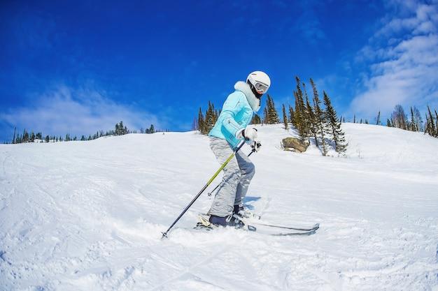 여자는 sheregesh 산에서 스키입니다.