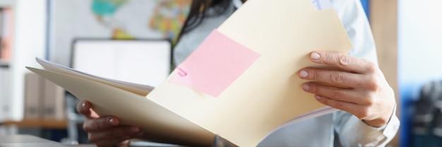 여자는 책상에서 금융 비즈니스 문서를 공부하고 있다