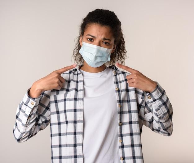 여자는 마스크를 통해 숨을 쉰다