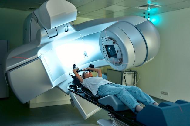 여성은 현대 암 병원에서 암에 대한 방사선 치료를 받고 있습니다