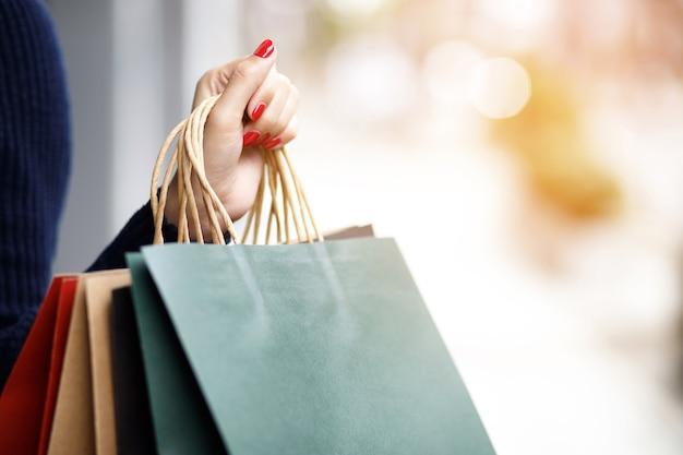 女性はショッピングモールで買い物をしています