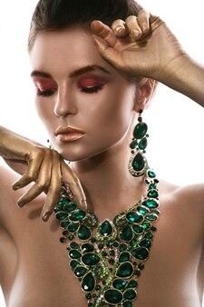 女性は大きな美しいネックレスを着ています