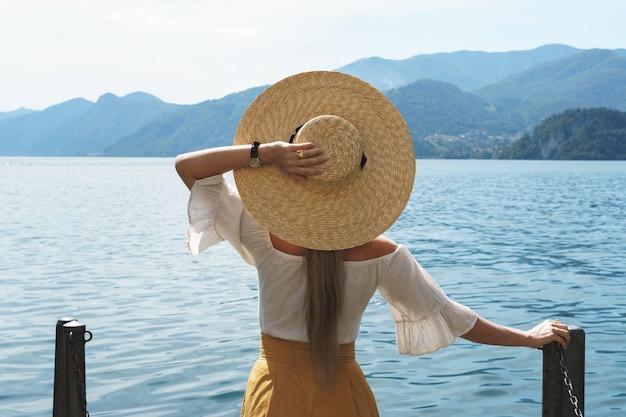 女性は美しいを見ている麦わら帽子をかぶっています