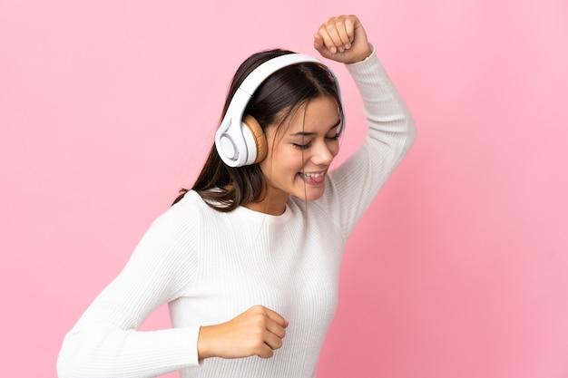 Женщина изолирована на синем прослушивании музыки и танцах