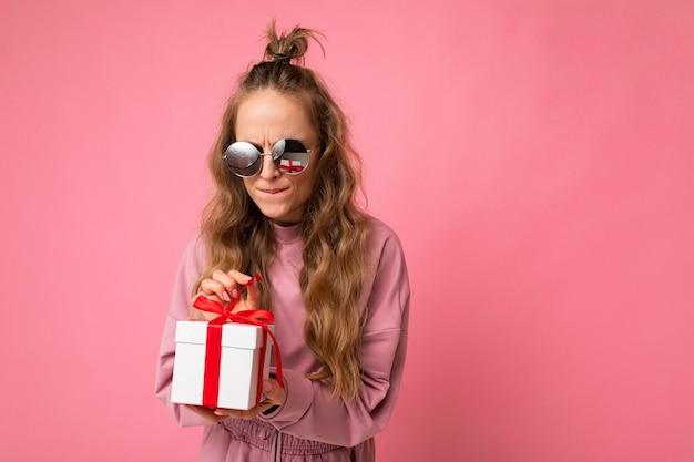 분홍색 배경 벽에 고립 된 여자