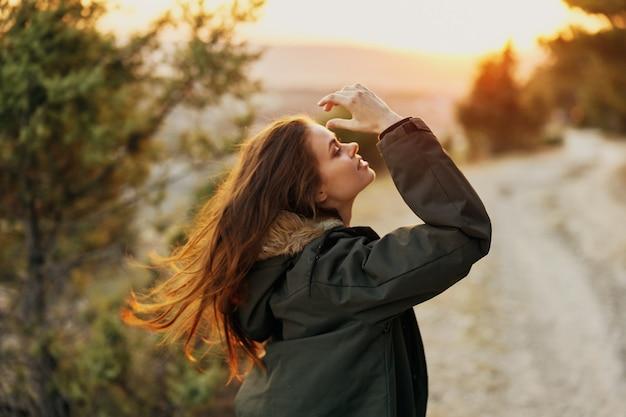Женские куртки на свежем воздухе, наслаждаясь днем отдыха