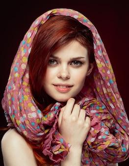 女性のジュエリーの肖像画黒の背景の赤い髪の美しい顔